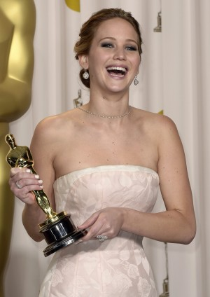 epa03599679 US actress Jennifer Lawrence holds her Oscar for Performance by an Actress in a Leading Role for 'Silver Linings Playbook'  at the 85th Academy Awards at the Dolby Theatre in Hollywood, California, USA, 24 February 2013. The Oscars are presented for outstanding individual or collective efforts in up to 24 categories in filmmaking.  EPA/PAUL BUCK