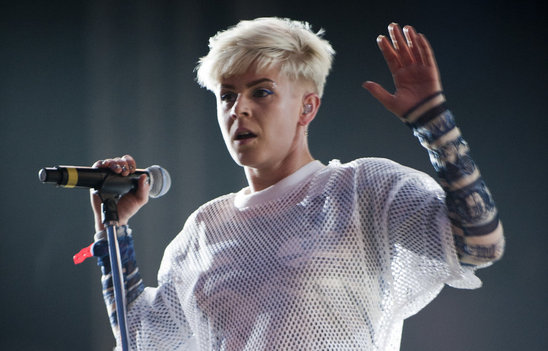 swedish_pop_star_robyn_is_a_dancing_queen
