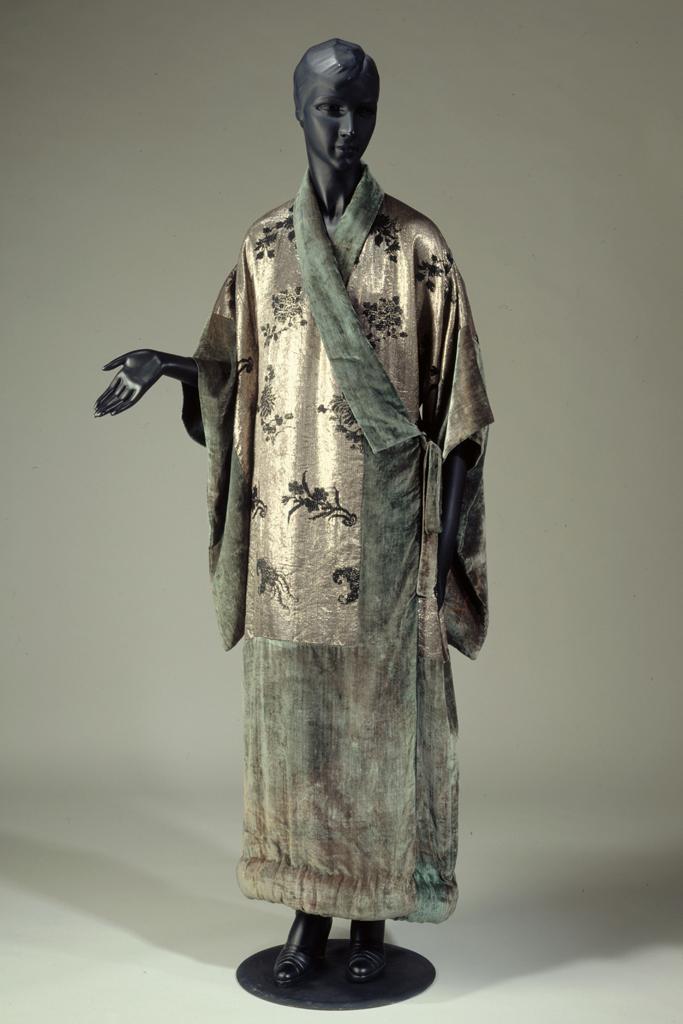 Manteau du soir en soie brochée argent et noir, velours de soie vert, doublure de soie noire de madame Babani, vers 1920 (vue de face). Galliera, musée de la Mode de la Ville de Paris.