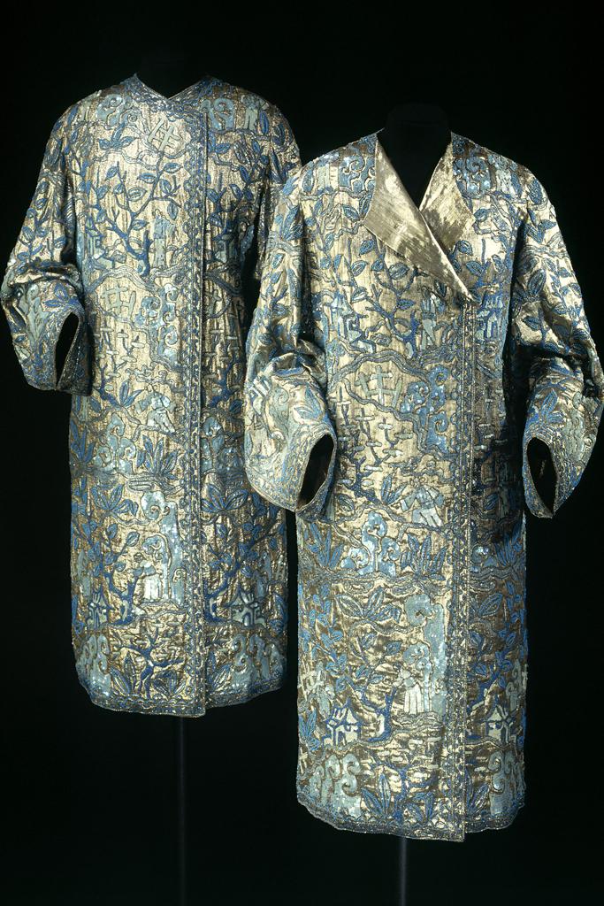 Deux manteaux du soir lamé argent entièrement brodé de perles et de tubes bleus, de paillettes bleues et or, vers 1925 (vue de face). Paris, musée Galliera.
