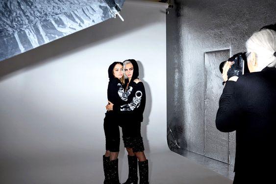 Photographe également, le couturier a remporté le prix Bambi. C'est en 1987 qu'il se prend d'affection pour cette art pour les besoins d'un communiqué de presse urgent chez Chanel. Depuis Karl Lagerfeld photographie fréquemment pour les maisons avec lequel il collabore comme ici avec ses muses Chanel Lily-Rose Depp et Cara Delevingn. En 2016, la Pinacothèque de Paris a rendu hommage à cet aspect moins connu de sa carrière en exposant ses nombreuses photographies.
